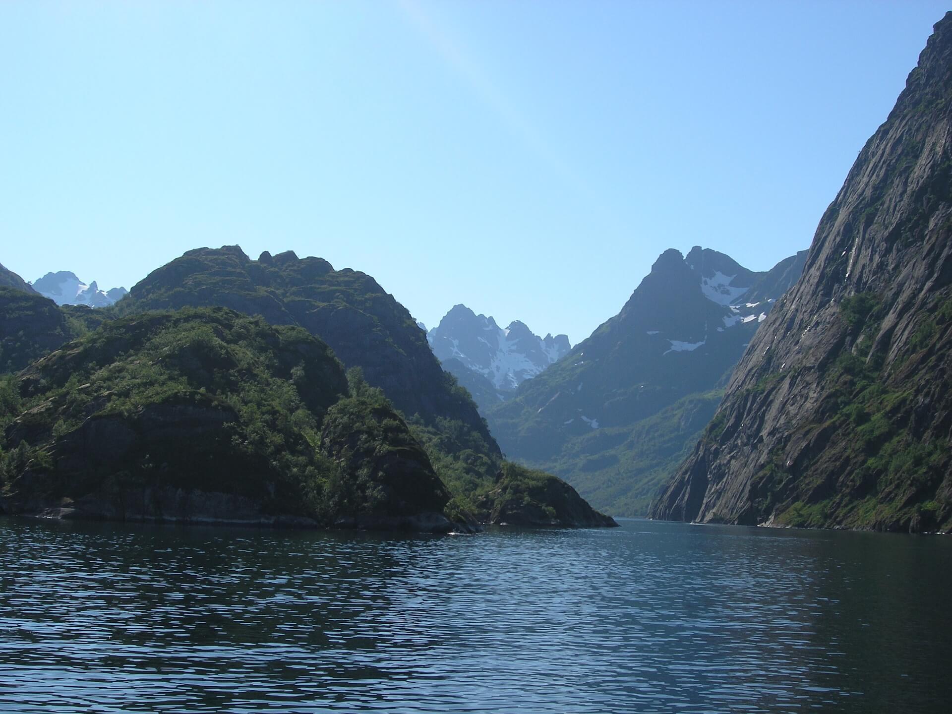 Zeilen in de beroemde Trollfjord, Lofoten, Noorwegen