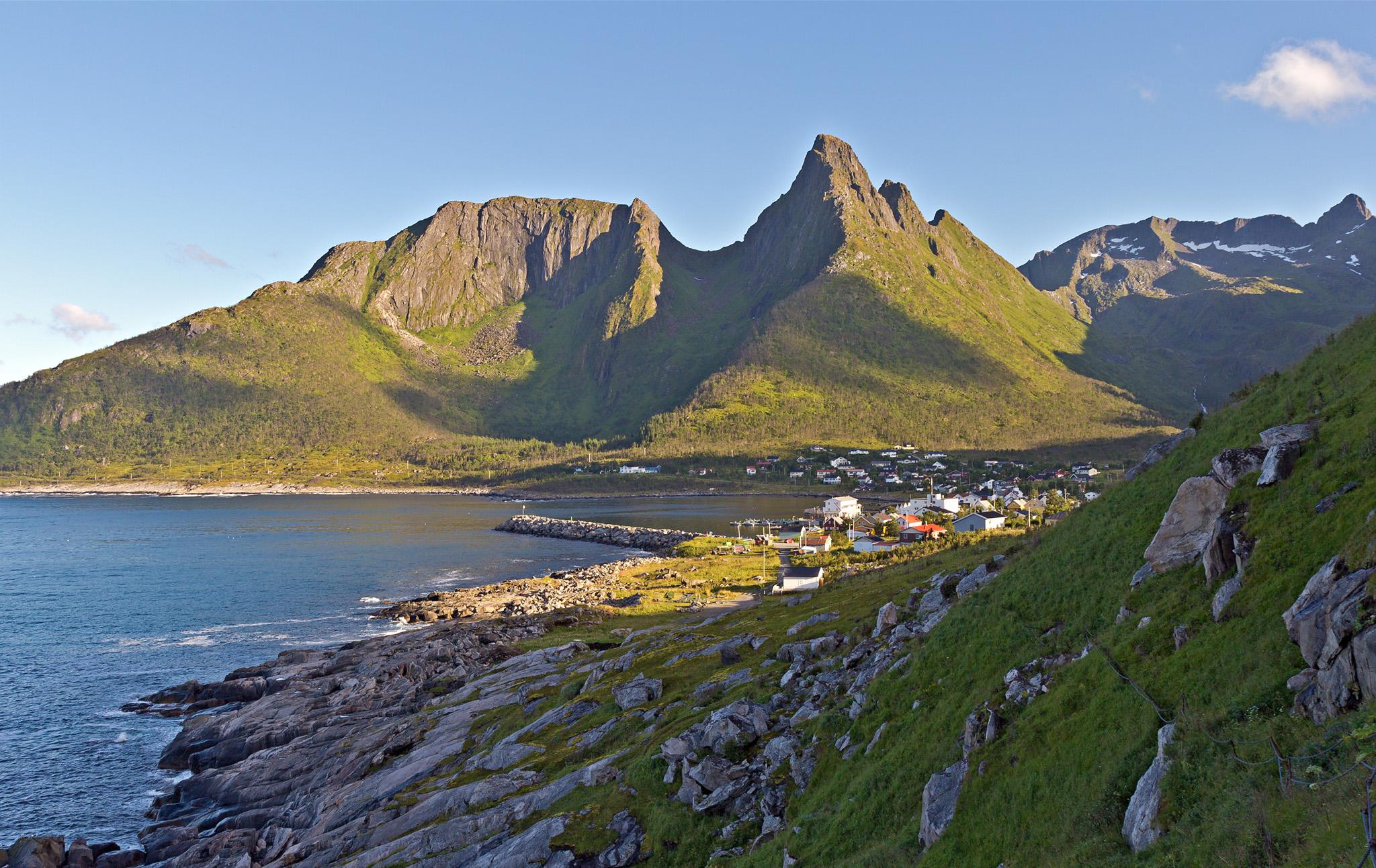 Senja Noorwegen zeilen wandelen bergen visserdorp middernachtzon hike sailing